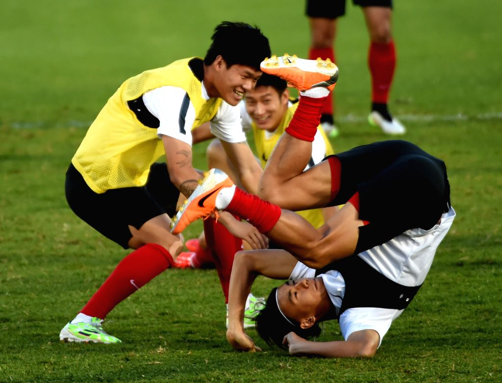 Chinese player Zhang Chengdong (R) attends a training session in Brisbane, Australia, Jan. 20, 2015. China and Australia will confront each other in the ...