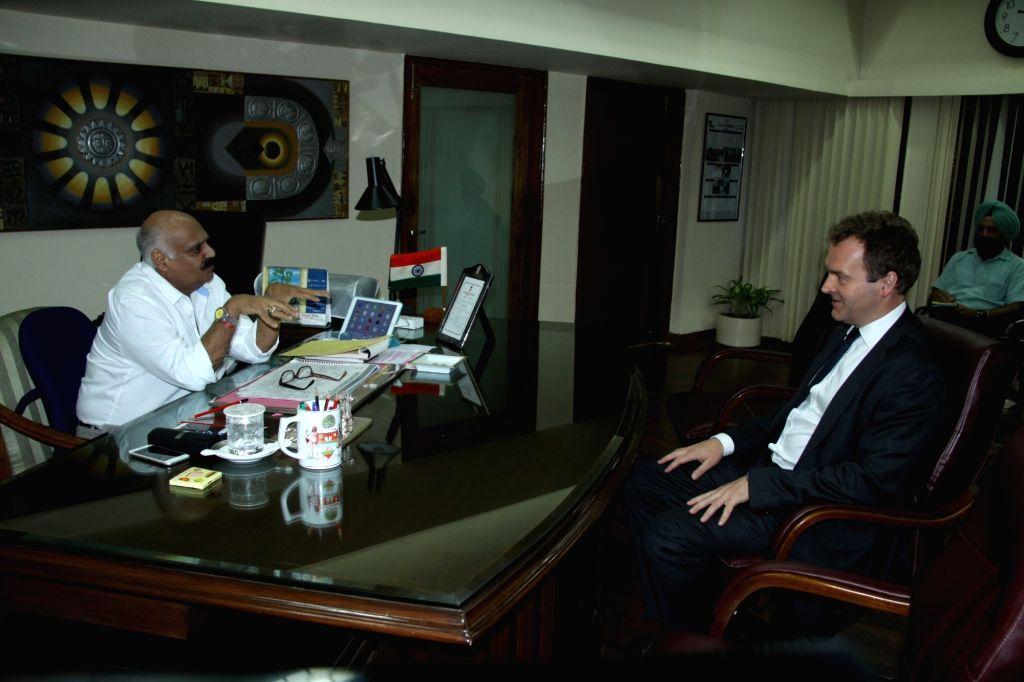 British High Commissioner David Lelliott OBE calls on Punjab Governor and Administrator UT Chandigarh  V.P. Singh Badnore at Punjab Raj Bhawan in Chandigarh, on Oct 5, 2016. - P. Singh Badnore