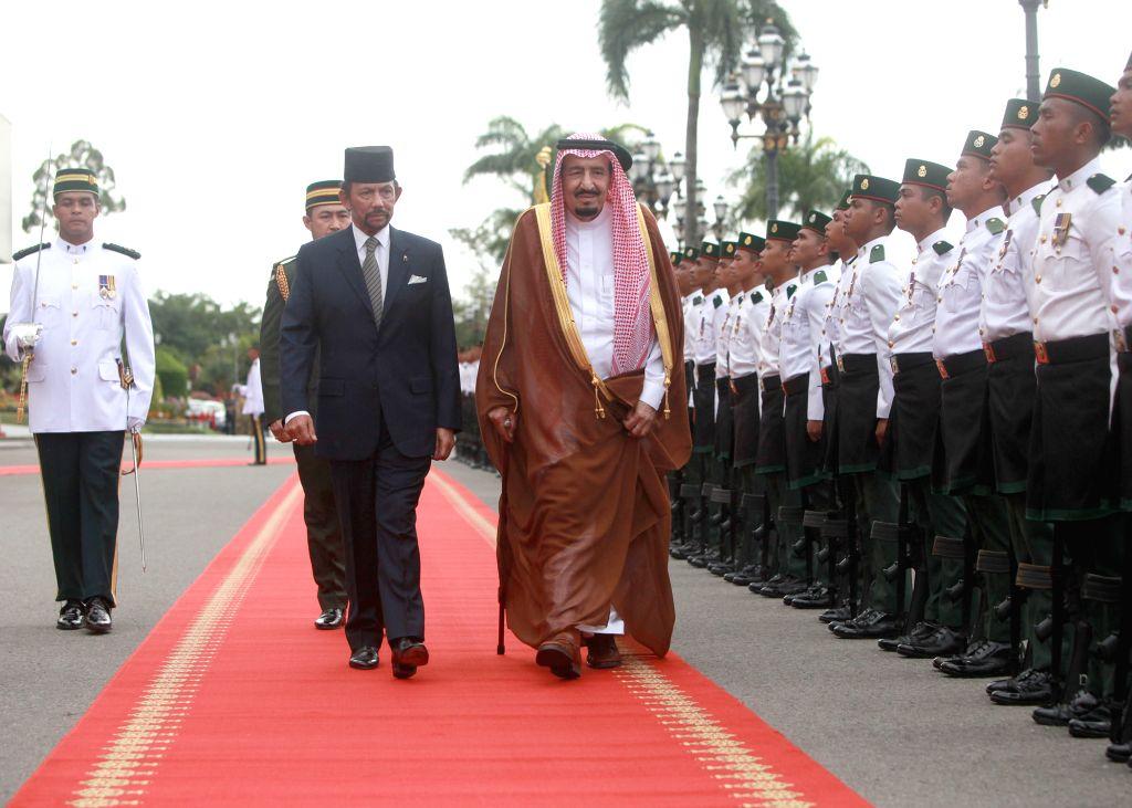 Brunei's Sultan Haji Hassanal Bolkiah (Front L) and visiting Saudi King Salman bin Abdul Aziz al Saud (Front R) inspect the guard of honor at the Istana ...