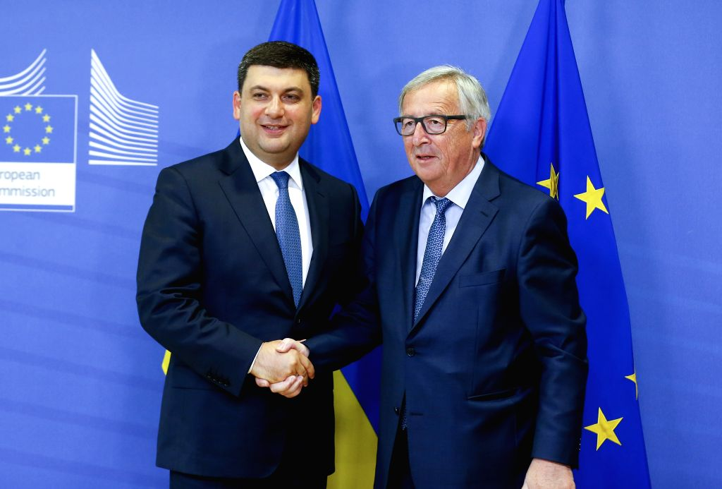 BRUSSELS, May 24, 2018 - European Commission President Jean-Claude Juncker (R) shakes hands with visiting Ukrainian Prime Minister Volodymyr Groysman in Brussels, Belgium, on May 24, 2018. Ukrainian ... - Volodymyr Groysman