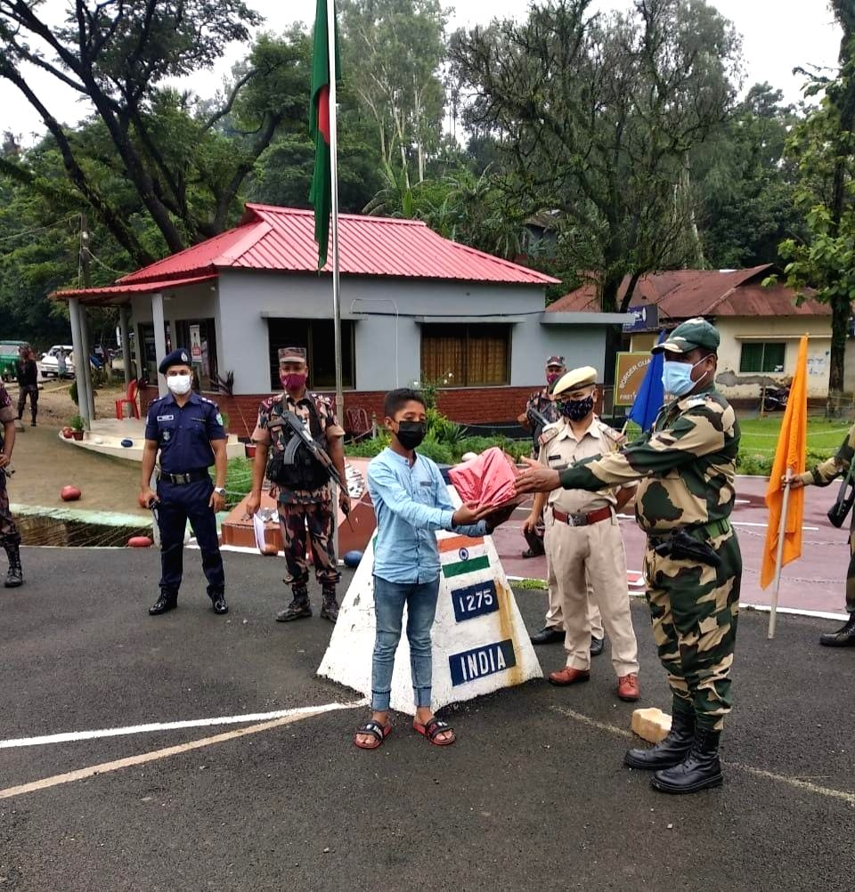 BSF returns B'desh teenager who strayed into Indian territory.
