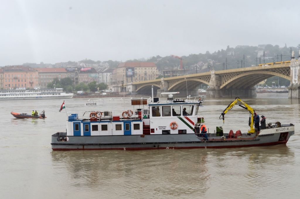 "BUDAPEST, May 30, 2019 - Rescuers search for the wreck of a passenger boat in downtown Budapest, Hungary, May 30, 2019. A ship, the ""Hableany"" (Mermaid in English) carrying 33 South Korean ..."