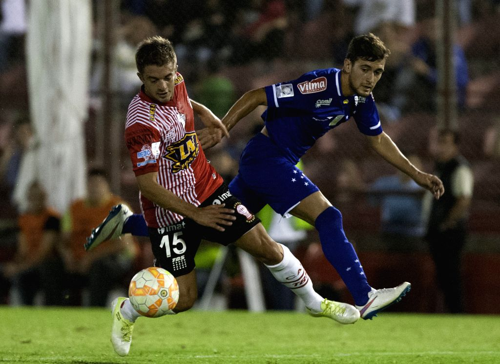 Huracan's Luciano Balbi (L) of Argentina, vies for the ball with Cruzeiro's Giorgian De Arrascaeta of Brazil, during the match of Copa Libertadores, in the ...