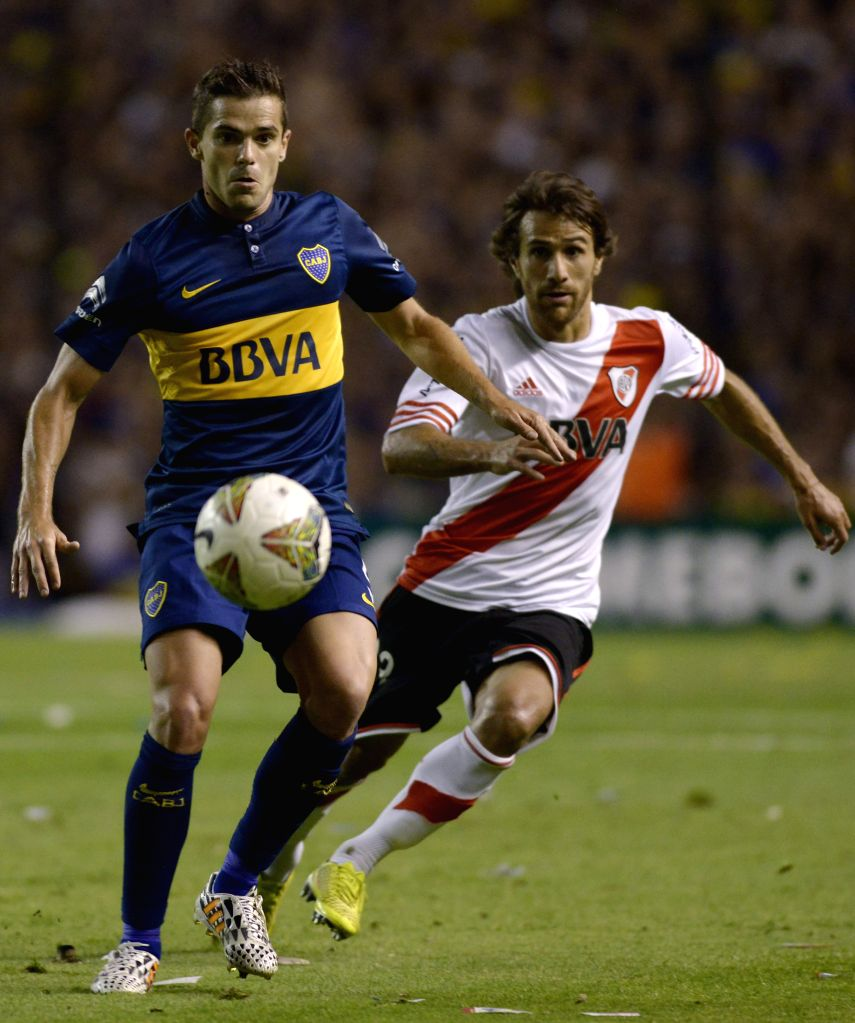 Buenos Aires (Argentina): Boca Juniors' Fernando Gago (L) vies the ball with Leonardo Ponzio of River Plate during the first leg match of South American Cup semifinals, held at Alberto J. Armando ...