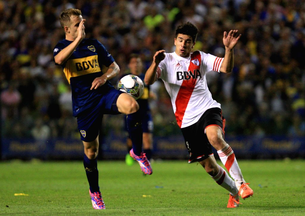 Buenos Aires (Argentina): Boca Juniors' Nicolas Colazo (L) vies the ball with Giovanni Simeone of River Plate during the first leg match of South American Cup semifinals, held at Alberto J. Armando ..