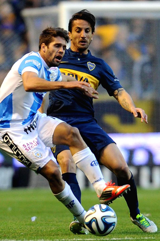 Boca Juniors' Hernan Grana (R) vies for the ball with Federico Gonzalez of Atletico de Rafaela, during a match of the Argentinean soccer, held in the Alberto ..