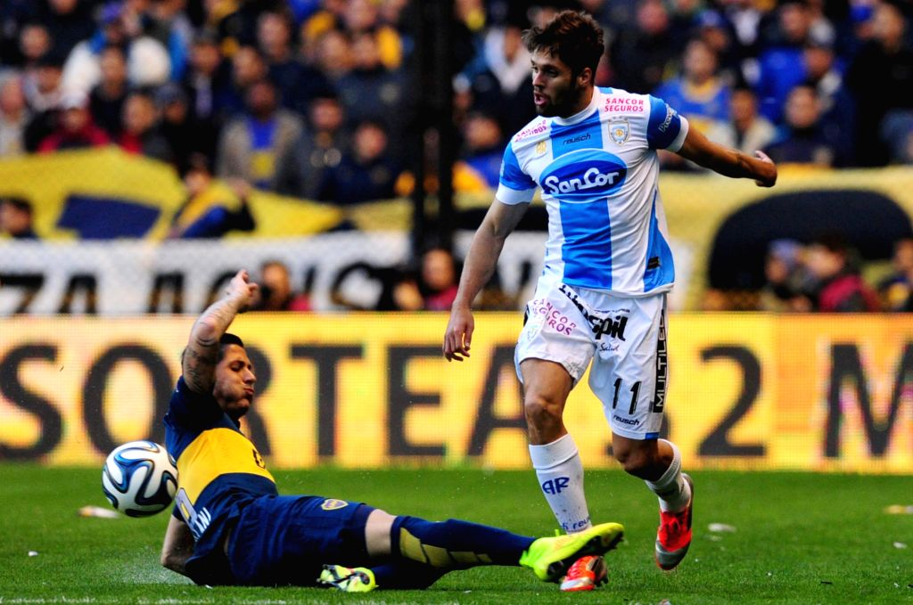 Boca Juniors' Gonzalo Castellani (L)vies for the ball with Federico Gonzalez of Atletico de Rafaela during a match of the Argentinean soccer, held in the ...