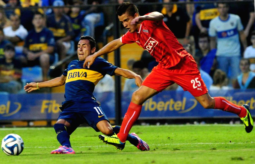 Buenos Aires: Boca Junior's Federico Carrizo (L) vies the ball with Independiente's Alexis Zarate during the match correspondent to the Day 17 of the First Division Tournament of Argentine soccer, in