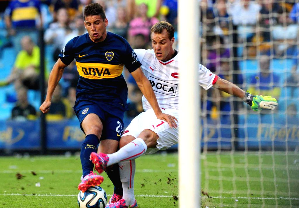 Buenos Aires: Boca Junior's Jonathan Calleri (L) vies the ball with Independiente's goalkeeper Diego Rodriguez during the match correspondent to the Day 17 of the First Division Tournament of ...