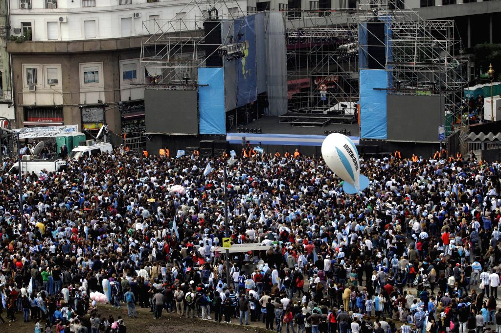 Argentinian fans rally to welcome their national football team upon their arrival, in Buenos Aires city, capital of Argentina, on July 14, 2014. (Xinhua/Pablo .