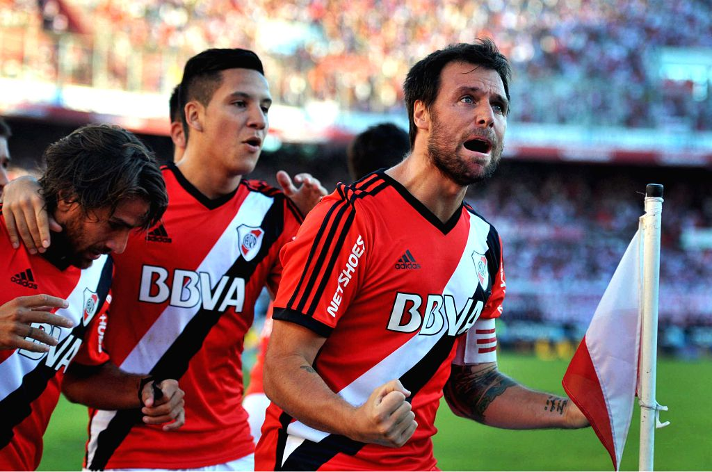 River Plate's Fernando Cavenaghi (R) celebrates with his teammates after scoring during the match of the Argentinean soccer against Union de Santa Fe, held in ...