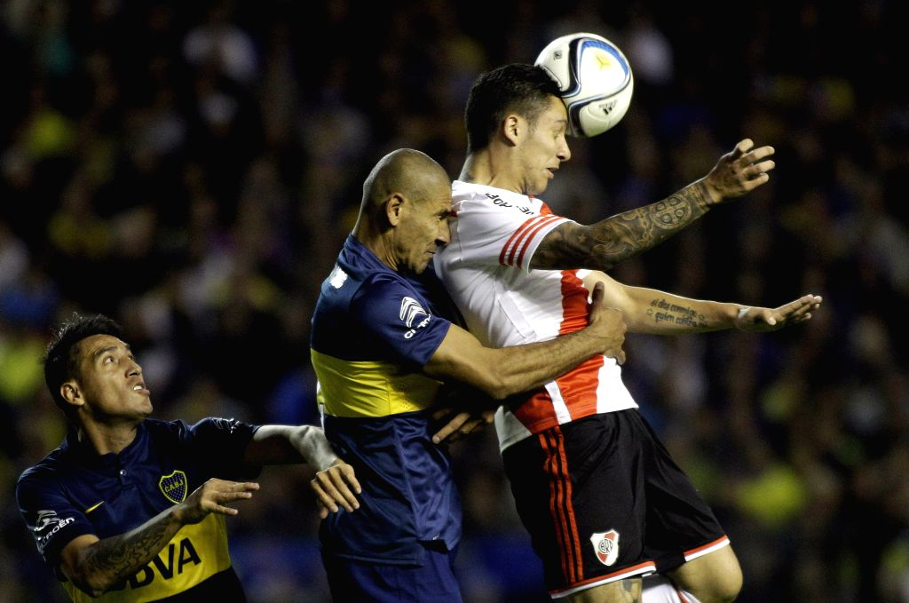 Boca Juniors' Daniel Diaz (C) and Luciano Monzon (L) vie with River Plate's Sebastian Driussi during the 2015 Argentine first division in the Diego J. Armando ...
