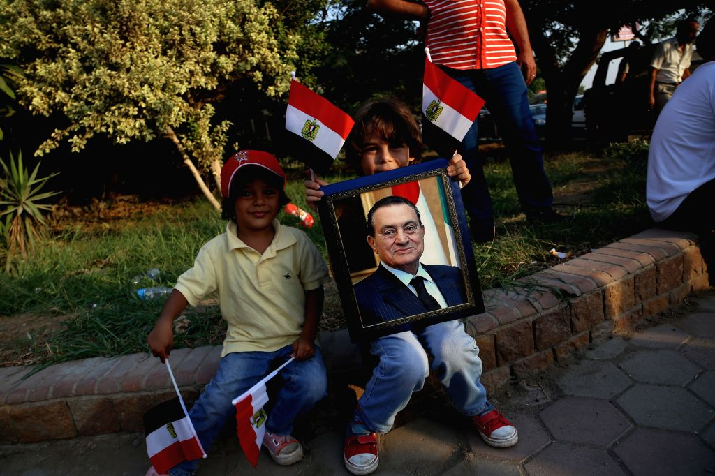 CAIRO, Oct. 6, 2016 - Supporters of Egypt's former President Hosni Mubarak celebrate the 43rd anniversary of the October 6 War in 1973 against Israel outside Maadi Armed Forces Hospital in Cairo, ...
