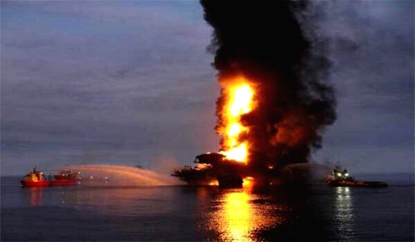 A column of smoke rises during a fire of the oil platform Abkatun, in Campeche Bay on the Gulf of Mexico, on April 1, 2015. Mexican state-run oil company Pemex ...