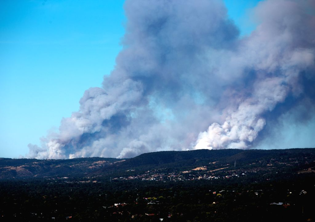 CANBERRA, Jan. 3, 2015 (Xinhua) -- Photo taken on Jan. 2, 2015 shows the bushfire producing heavy smoke in Adelaide Hill area, Australia. South Australia and Victoria have reported bushfire in many areas since Friday. Dozens of houses have been destr
