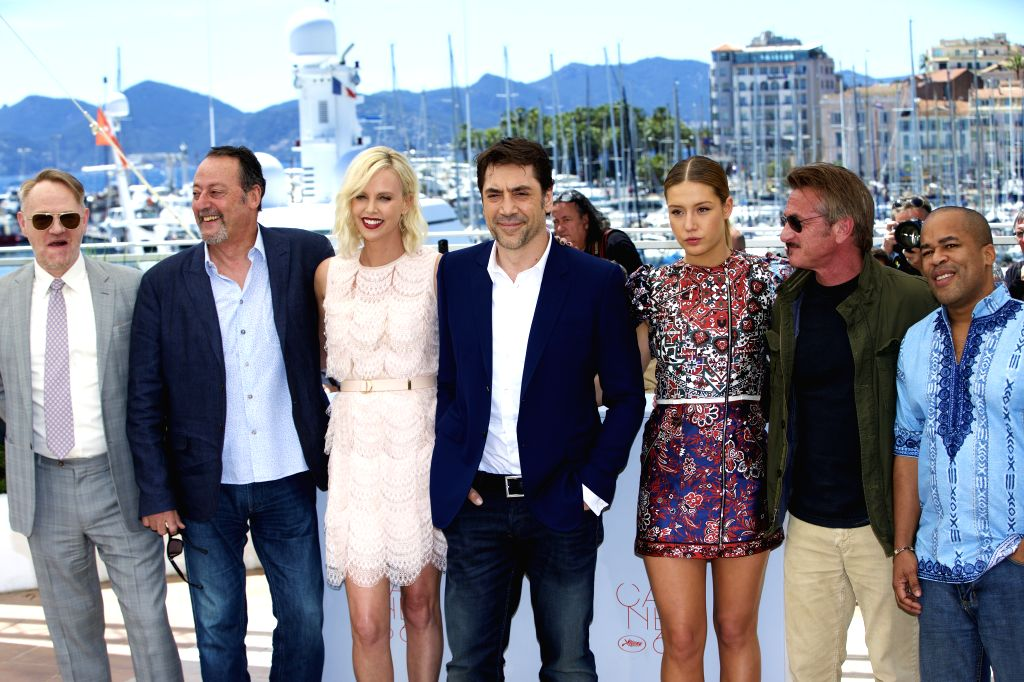 CANNES (FRANCE), May 20, 2016 Cast members Jared Harris, Jean Reno, Charlize Theron, Javier Bardem, Adele Exarchopoulos, director Sean Penn and cast member Zubin Cooper (L-R) pose during ... - Sean Penn