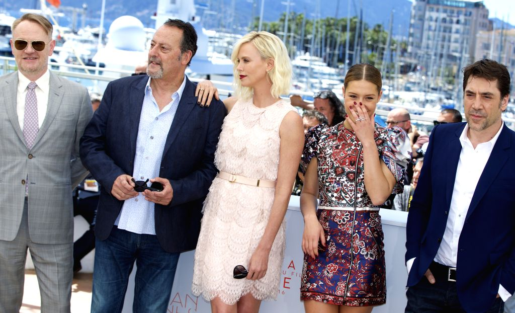 """CANNES (FRANCE), May 20, 2016 Cast members Jared Harris, Jean Reno, Charlize Theron, Adele Exarchopoulos and Javier Bardem (L-R) pose during a photocall for the film """"The Last ..."""