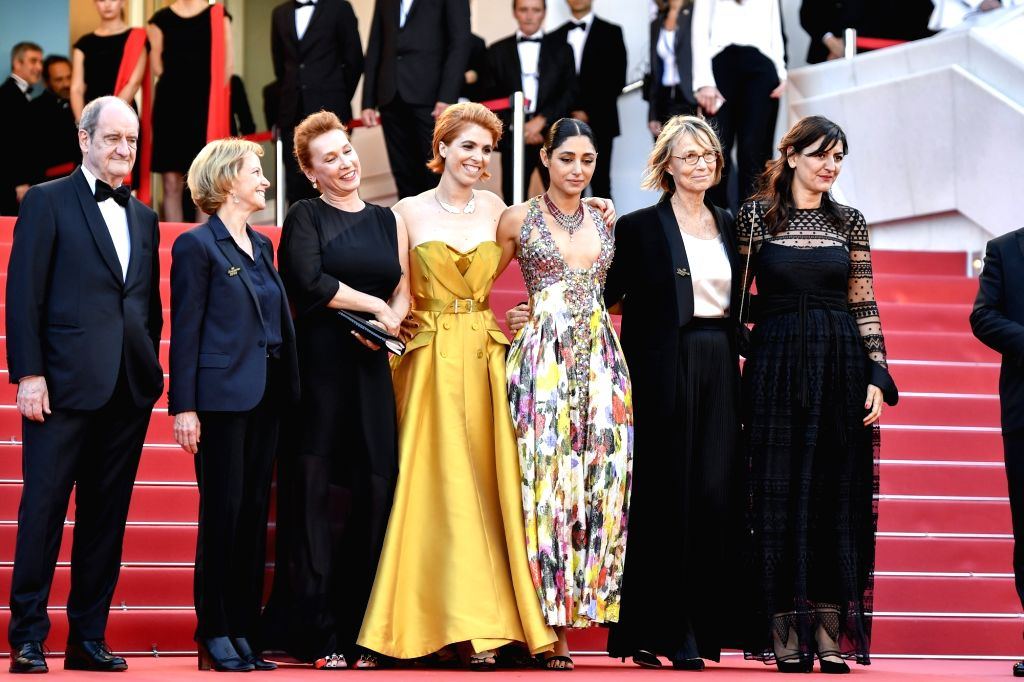"""CANNES, May 12, 2018 - French director Eva Husson (C), together with other staff members of the film """"Girls of the Sun"""", poses during the premiere at the 71st Cannes International Film ... - Eva Husson"""