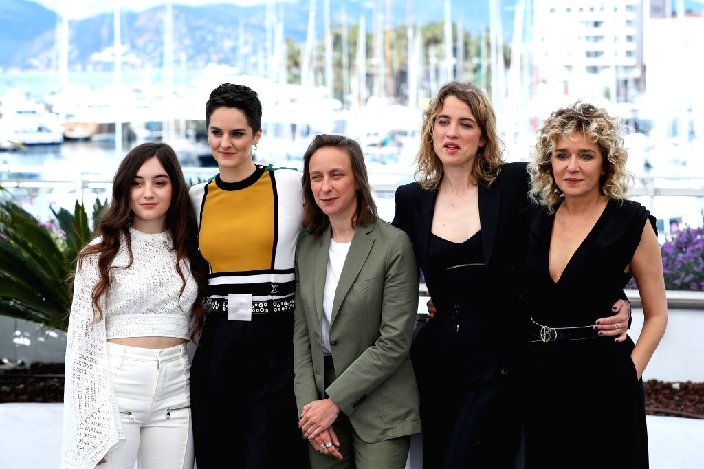 "CANNES, May 20, 2019 - Celine Sciamma (C), director of the film ""Portrait de la jeune fille en feu"", poses for group photos with cast members during a photocall at the 72nd Cannes Film ... - Celine Sciamm"