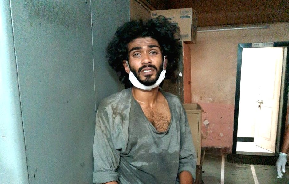 Caption: A mentally unstable architect Karan P. Nayar attacked a 3-men police team with a chopper, on Marine Drive around 2 am on Saturday.He was arrested and the 3 cops sent for treatment to hospital.