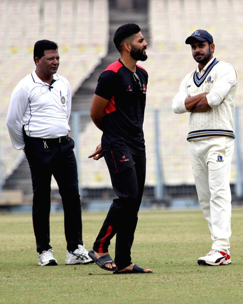 Caption : Delhi captain Dhruv Shorey and Bengal captain Manoj Tiwari ahead of the Ranji Trophy match between Delhi and Bengal at the Eden Gardens in Kolkata on Jan 29, 2020. - Dhruv Shorey