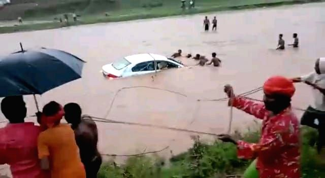 Car carrying bride and bridegroom carried away in the river, people of the village saved their lives.
