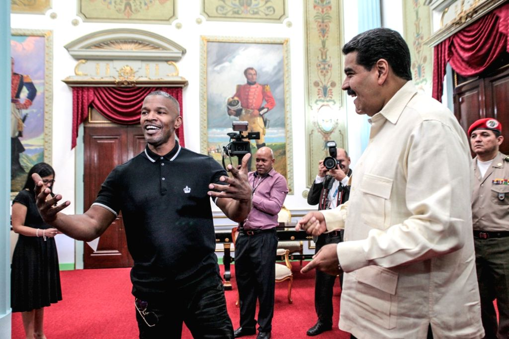 CARACAS, Oct. 5, 2016 - Venezuelan President Nicolas Maduro (R, front) talks with US actor Jamie Foxx (L, front) at presidential palace of Miraflores in Caracas, capital of Venezuela, Oct. 4, 2016. - Jamie Foxx