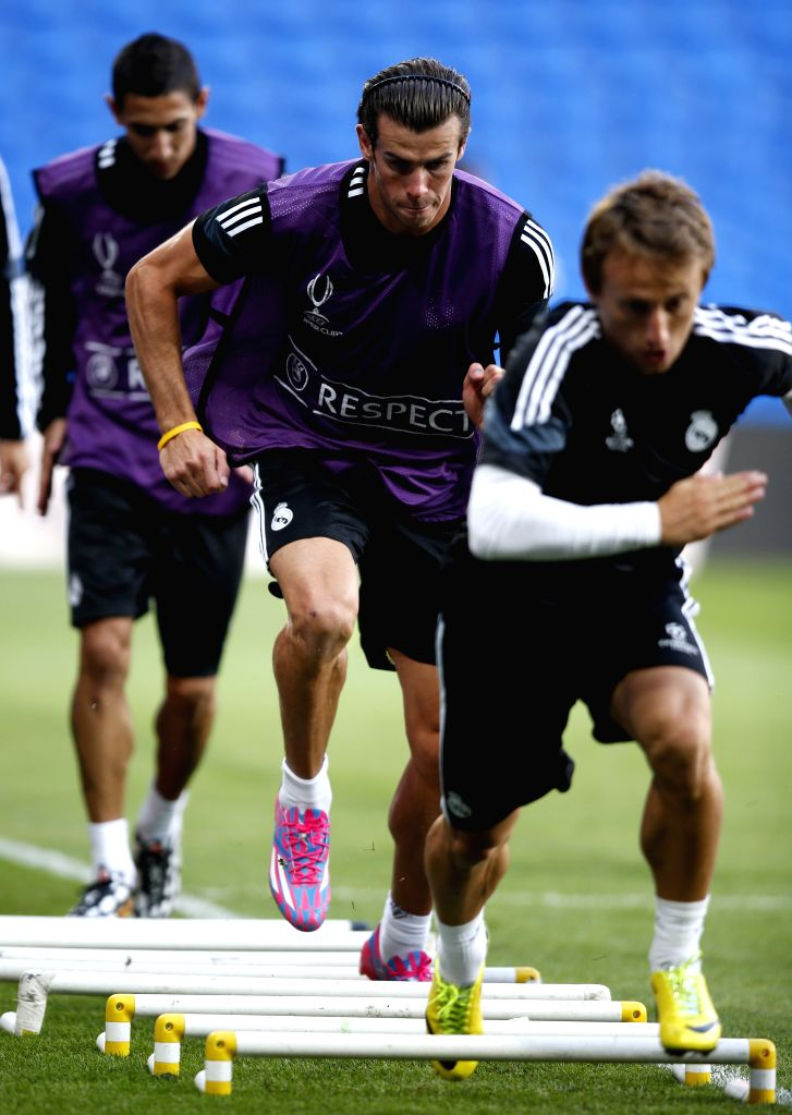 Gareth Bale(C) of Real Madrid takes a training session for the UEFA Super Cup match between Real Madrid and Sevilla at Cardiff City Stadium in Cardiff, Britain on ...