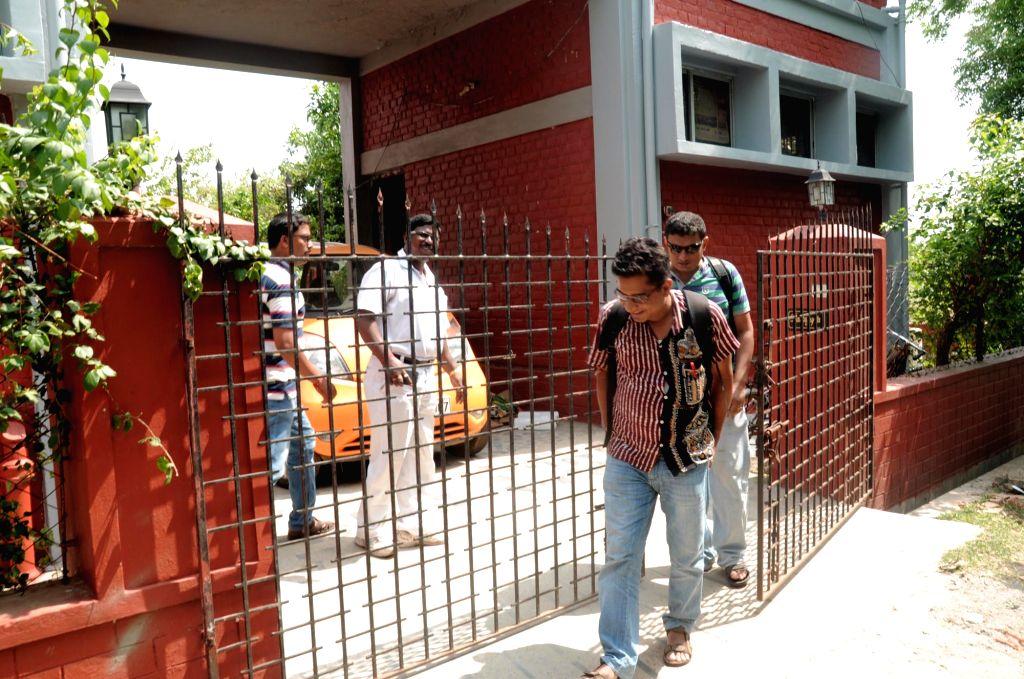 CBI team raids former vice chancellor of Visva Bharati University Sushanta Dattagupta's residence in West Bengal's Santiniketan on May 24, 2016.