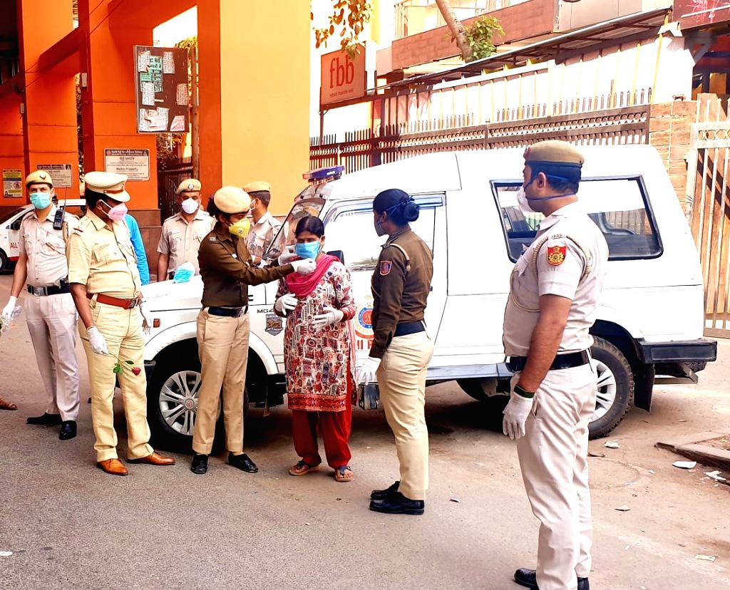 Central Delhi's Karol Bagh SHO Maninder Singh distributes masks, sanitisers and roses among people and advised them to stay at home during 'Janata Curfew' imposed to contain the spread of COVID-19. - Maninder Singh