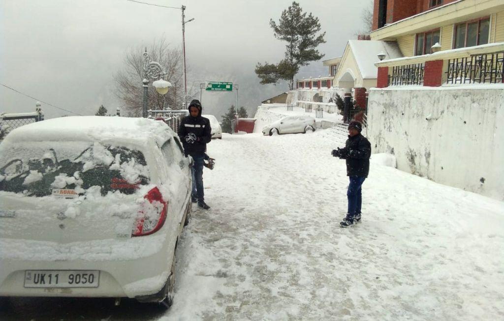 Chamoli: Tourists enjoy fresh snowfall at Auli in Chamoli district of Uttarakhand on Jan 6, 2019. (Photo: IANS)