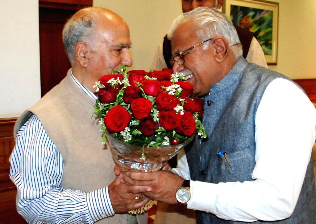 FCI chairman Shanta Kumar calls on Haryana Chief Minister Manohar Lal Khattar in Chandigarh, on Nov 28, 2014. - Manohar Lal Khattar and Shanta Kumar