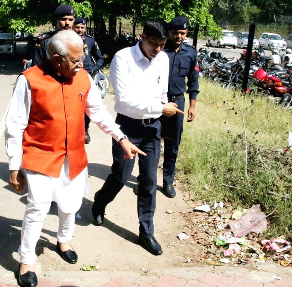 Haryana Chief Minister Manohar Lal Khattar arrives at the Haryana Civil Secretariat on a surprise inspection in Chandigarh, on May 4, 2015. - Manohar Lal Khattar
