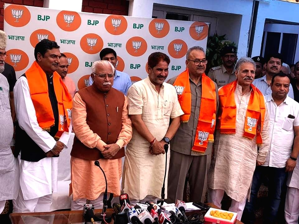Chandigarh: Indian National Lok Dal's (INLD) Nuh legislator Zakir Hussain and Julana's Parminder Singh Dhull join the BJP in the presence of Haryana Chief Minister Manohar Lal Khattar and state party chief Subhash Barala, in Chandigarh on June 25, 20 - Manohar Lal Khattar and Parminder Singh Dhull