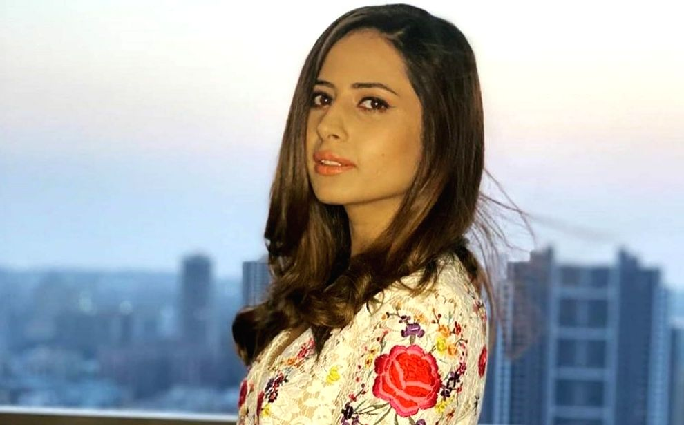 Chandigarh, June 25 (IANS) Actress Sargun Mehta is currently spending time with her family in Chandigarh, and on Thursday she took to Instagram and posted a couple of pictures where she is seen wearing her father's blue kurta. - Sargun Mehta