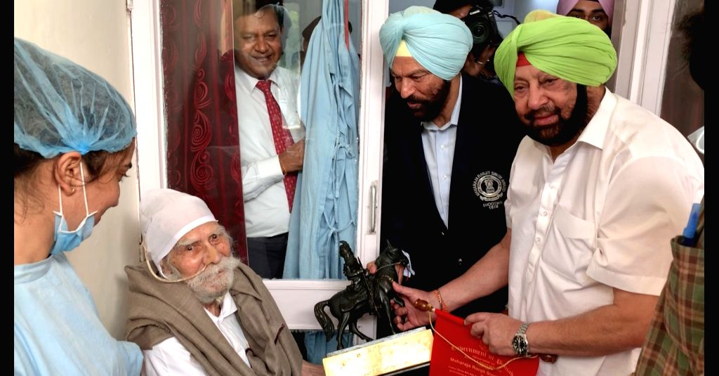 Chandigarh: Punjab Chief Minister Captain Amarinder Singh meets hockey legend Balbir Singh Dosanjh and confers Maharaja Ranjit Singh Award for excellence in sports, on him at Postgraduate Institute of Medical Education and Research (PGIMER) in Chandi - Captain Amarinder Singh, Balbir Singh Dosanjh and Ranjit Singh Award