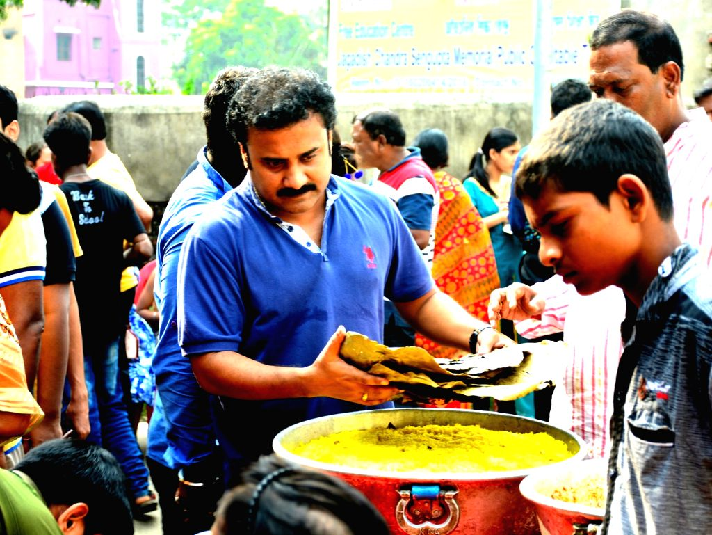 Chandra Sekhar Kundu, the founder of Food, Education and Economic Development (FEED), collects excess untouched food from college and office canteens everyday and distributes it among nearly 200 poor children from Kolkata and Asansol.