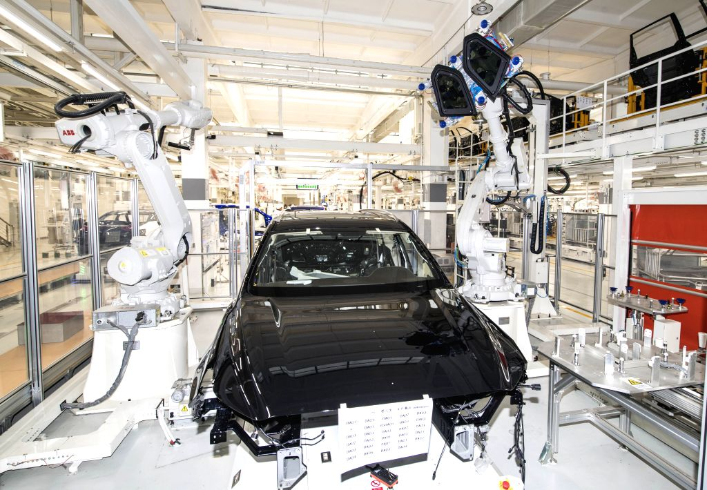 CHANGCHUN, June 25, 2019 (Xinhua) -- Industrial robots install windows to a Hongqi vehicle at a plant of China's First Automobile Workshop (FAW) in Changchun, northeast China's Jilin Province, June 13, 2019. China's leading automaker FAW Group has ma