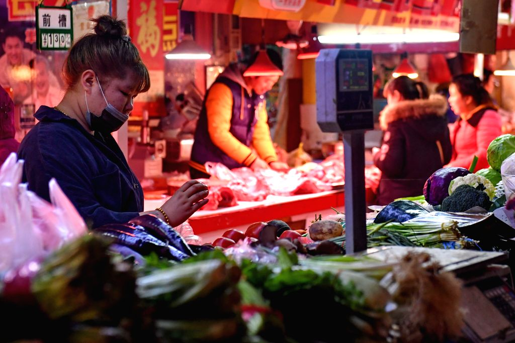 CHANGCHUN, March 9, 2017 (Xinhua) -- A consumer selects vegetables at a market in Changchun, capital of northeast China's Jilin Province, March 9, 2017. China's consumer price index (CPI), a main gauge of inflation, advanced 0.8 percent year on year