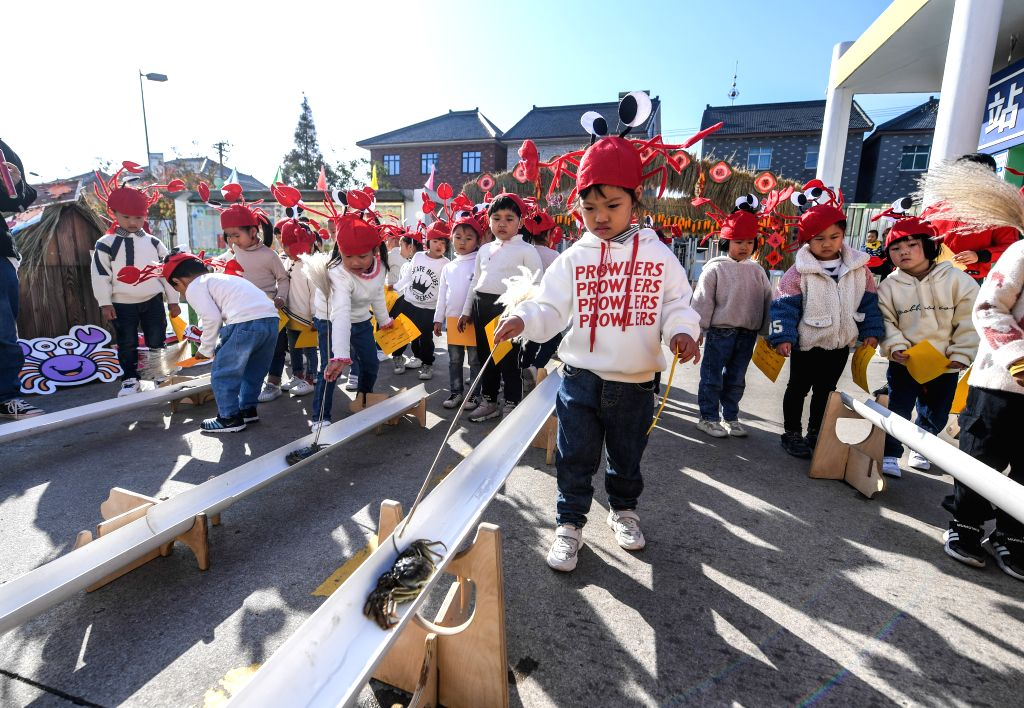 CHANGXING, Nov. 14, 2019 - Children take part in a crab race contest during a crab festival for children in Hongqiao Town, Changxing County of east China's Zhejiang Province, Nov. 14, 2019.