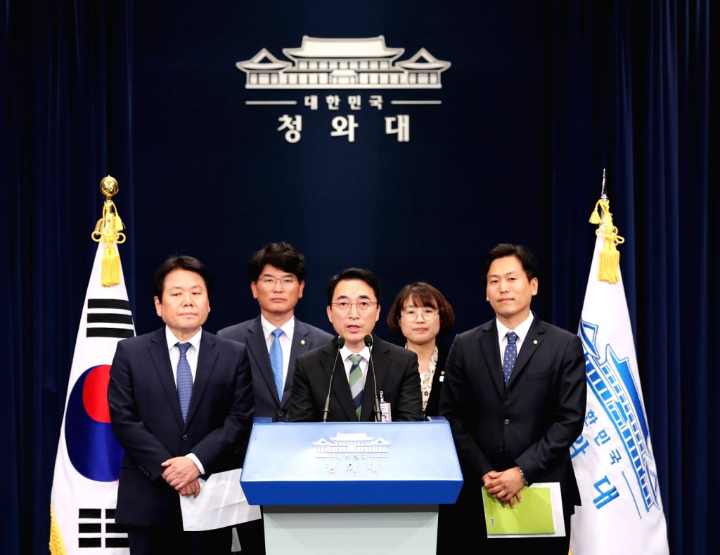 Cheong Wa Dae spokesman Park Soo-hyun (C) announces the results of President Moon Jae-in's dinner meeting with leaders of ruling and opposition parties on Sept. 27, 2017, in Seoul. Moon and ...