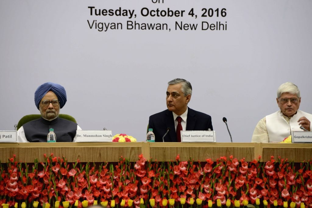 Chief Justice of India TS Thakur, former Prime Minster Dr Manmohan Singh and Former Governor of West Bengal Gopalkrishna Gandhi during Lal Bahadur Shastri National Award ceremony for Excellence in ... - Manmohan Singh and Bengal Gopalkrishna Gandhi
