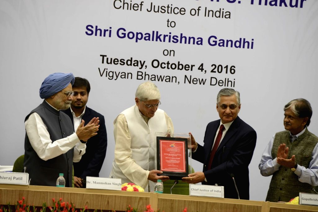 Chief Justice of India TS Thakur presents Lal Bahadur Shastri National Award for Excellence in Public Administration, Academics and Management 2016 to Former Governor of West Bengal Gopalkrishna ... - Bengal Gopalkrishna Gandhi