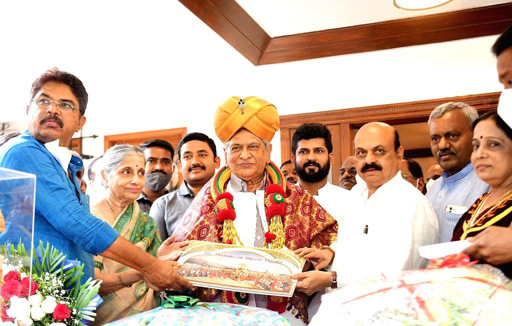 Chief Minister of Karnataka Basavaraj Bommai invited Former CM SM Krishna, inaugurator of Nada Habba Mysuru Dasara 2021 celebrations in Bengaluru on Saturday 2021 .(PHOTO:IANS/Dhananjay ... - Dhananjay Yadav