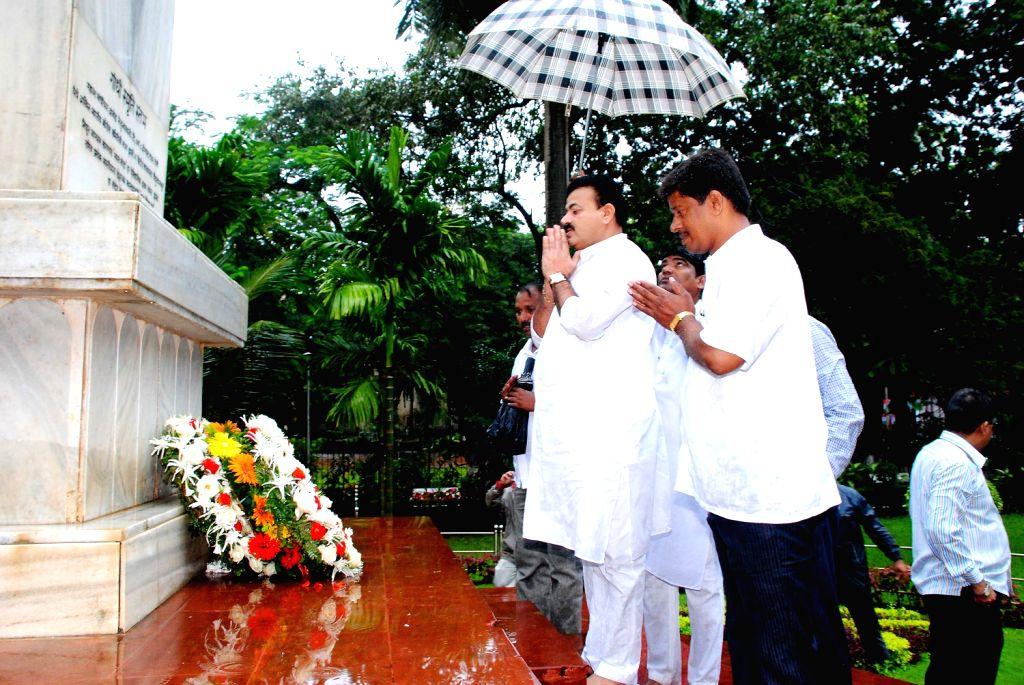 Chief Minister Prithviraj Chavan, Deputy Chief Minister Ajit Pawar, Congress state president Manikrao Thackeray, NCP state President Bhaskar Jadhav, Ministers, Mayor Sunil Prabhu, School students and - Prithviraj Chavan