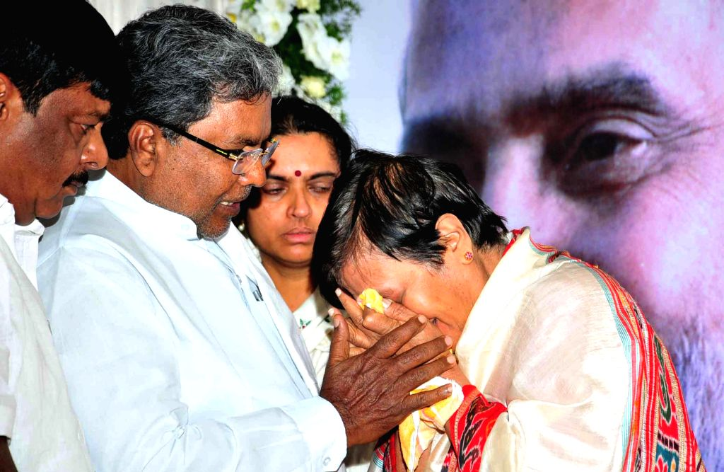 Chief Minister Siddaramaiah mourns at Ravindra Kalakshetra, Jnanpith Award Udupi Rajagopalacharya Ananthamurthy who was passed away yesterday in Manipal Hospital, in Bangalore on Aug. 23, 2014.