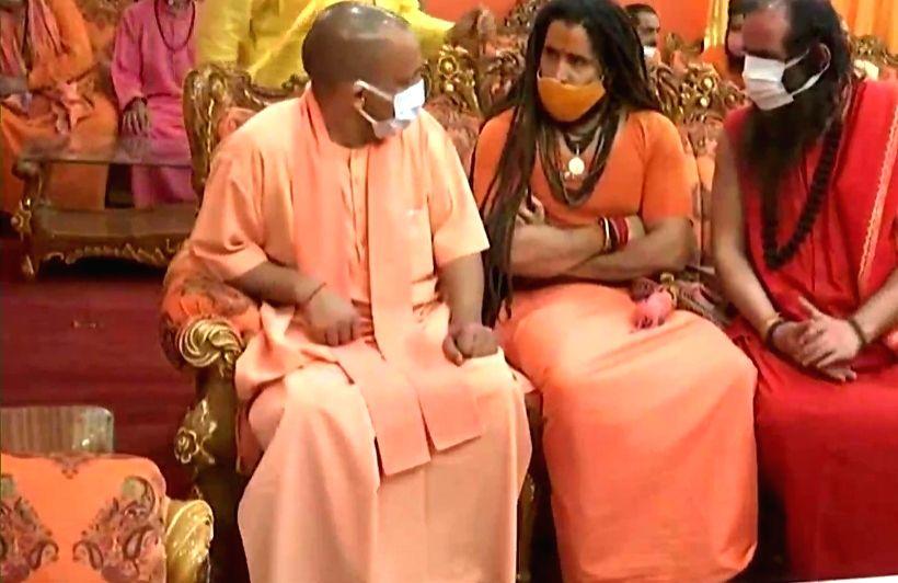 Chief Minister Yogi reached Prayag and paid tribute to the late Mahant. - Yogi