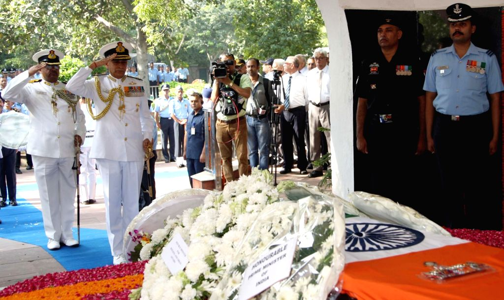 Chief of Naval Staff, Admiral Sunil Lanba pays homage to Marshal of the Indian Air Force (IAF) Arjan Singh, at Brar Square crematorium in New Delhi on Sept18, 2017. - Arjan Singh