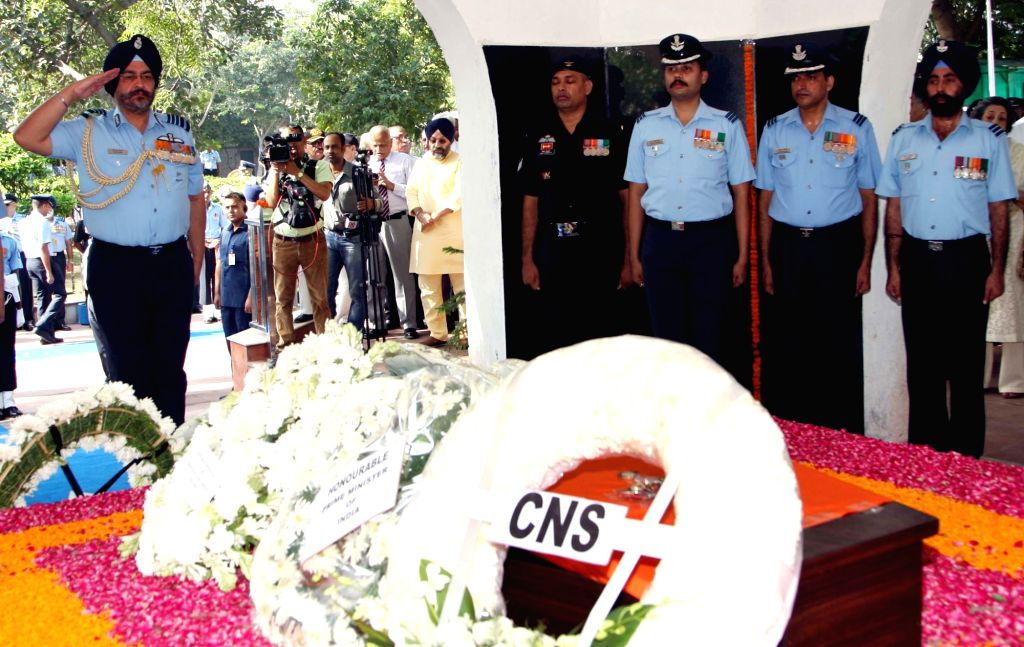 Chief of the Air Staff, Air Chief Marshal B.S. Dhanoa pays homage to Marshal of the Indian Air Force (IAF) Arjan Singh, at Brar Square crematorium in New Delhi on Sept18, 2017. - Arjan Singh
