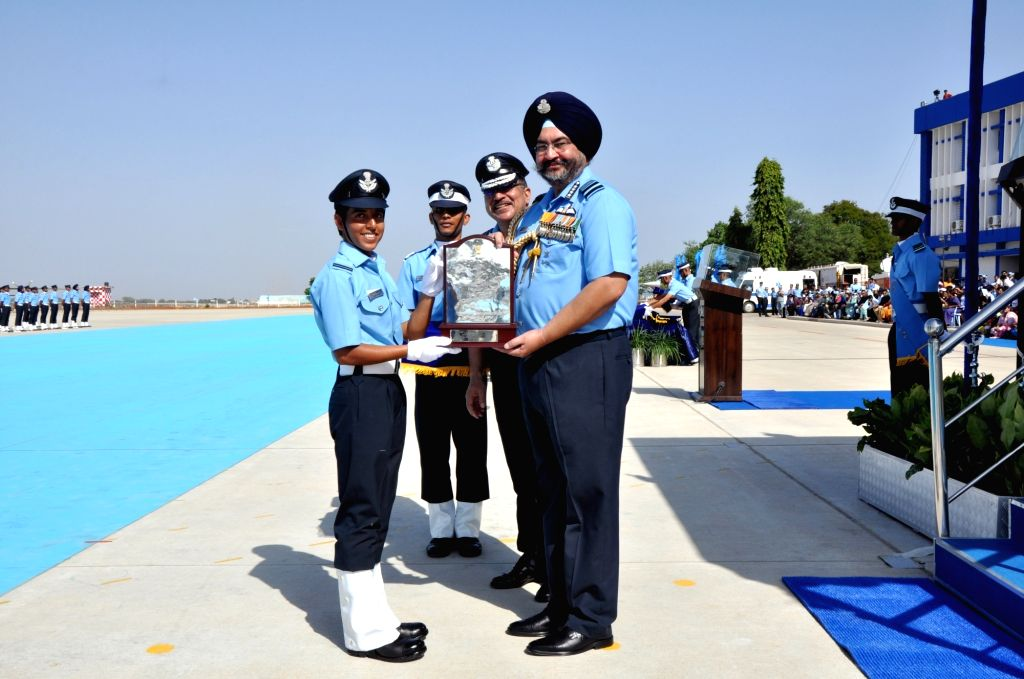 "Chief of the Air Staff Air Chief Marshal B.S. Dhanoa presents the ""President???s Plaque"" for being first in overall merit in Ground Duty branches to Flying Officer Renu Yadav ... - Officer Renu Yadav"